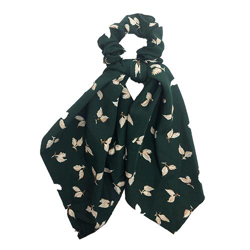Scrunchie med tørklæde grøn med råhvide blomster