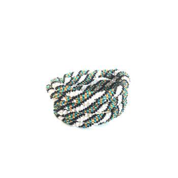Nepal armbånd i hvid med sort og blå mønster