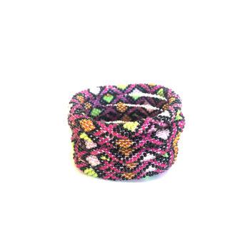 Nepal armbånd i pink med grafisk mønster