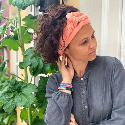 Nola Tørklæde i ferskenfarve - bundet