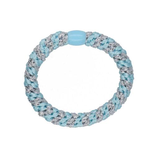 Produktbillede af flettet hårelastik med perle i baby blå og sølv