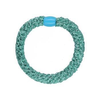 produktbillede af flettet hårelastik i metallisk turkis med lyseblå perle