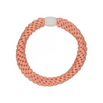 produktbillede af en flettet ferskenfarvet hårelastik med en hvid plastik perle