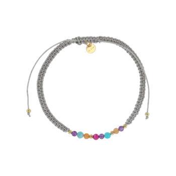 Produktbillede af ellie armbånd i grå med multifarvede sten foran en opsætning af smykkeæsker