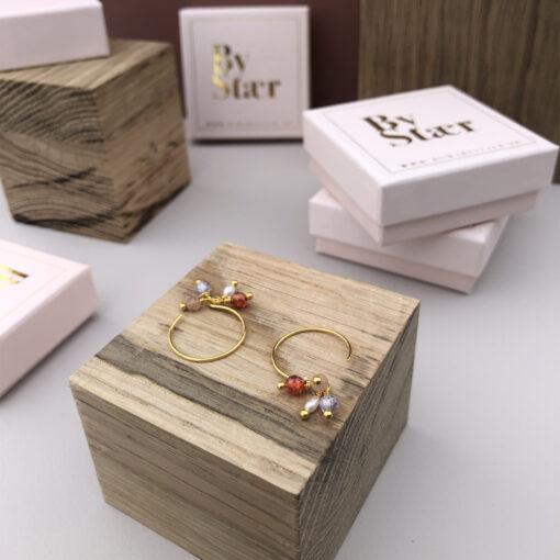 Produktbillede af Helena øreringe i guld med halvædelstens vedhæng i forskellige farver