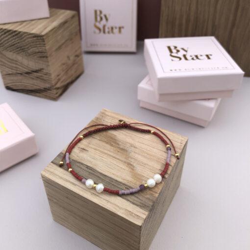 Produktbillede af Helle armbånd med perler og bordeaux mix