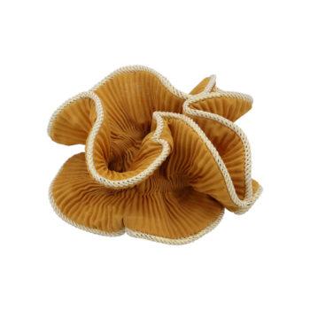 Produktbillede af lilje scrunchie i farven karry gul på hvid baggrund