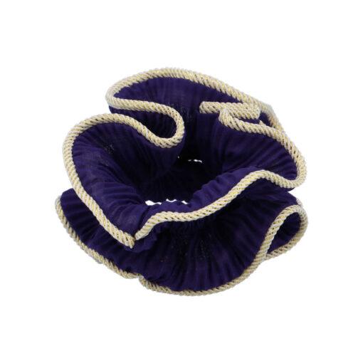 Produktbillede af lilje scunchie i mørk lilla på hvid baggrund