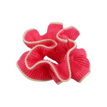 produktbillede af lilje scrunchie i pink med guldkant på hvid baggrund
