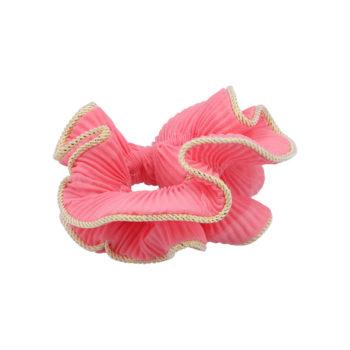 produktbillede af lilje scrunchie i rosa med guldkant på en hvid baggund
