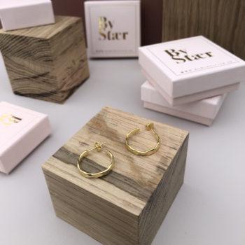 Produktbillede af Milla hamret hoops øreringe store i guld