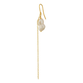 Packshot af rikke ørering i guld med kæde og ferskvandsperle