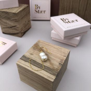 Produktbillede af rikke ørering i guld med kæde og ferskvandsperle