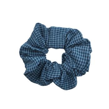 Scrunchie hårelastik i blå ternet stof