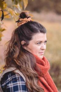 Portræt billede af Camilla S. med efterårshalstørklæde