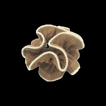 produktbillede af lilje scrunchie i gyldenbrun