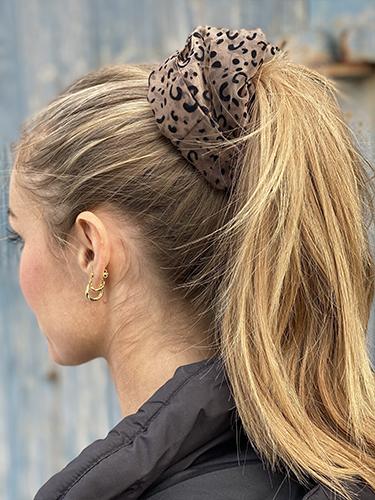 Stor Naja Scrunchie i leopardmønster håret